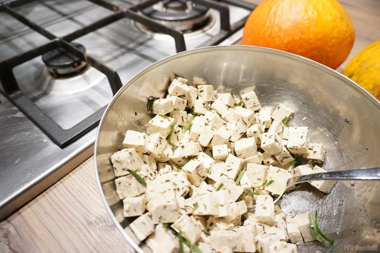 In olivenoel und kraeuter eingelegter tofu